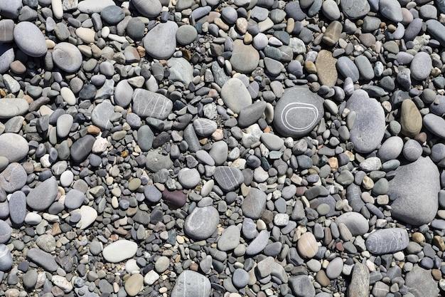 フラットレイの小石の海岸にある模様のある石の上面図