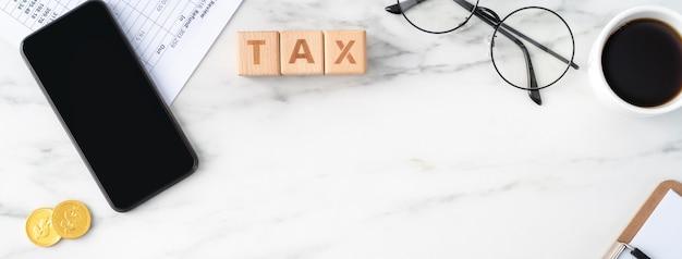 Вид сверху на уплату налога с помощью смартфона из интернета.