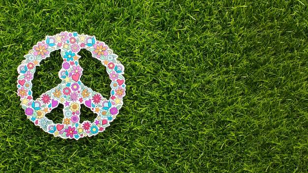 Вид сверху знак мира на траве с копией пространства