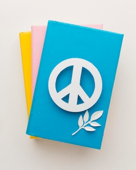 Вид сверху знак мира с книгами