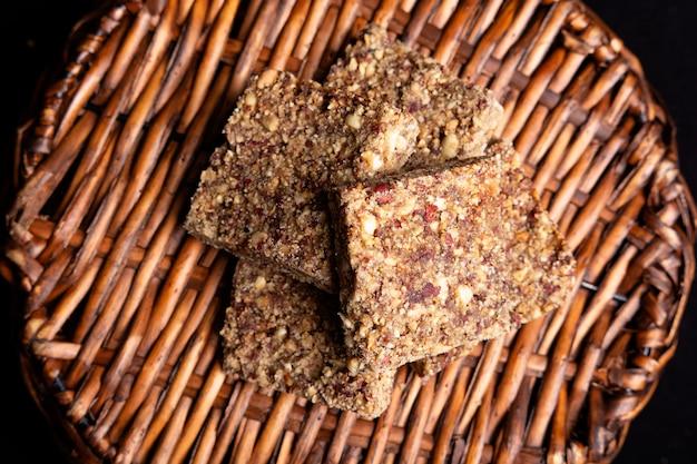 Вид сверху арахисовых и панела сладких конфет