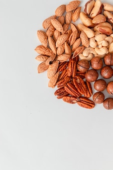Взгляд сверху миндалин кешью бразильских орехов пеканов и ореха макадамии. правильный состав питания