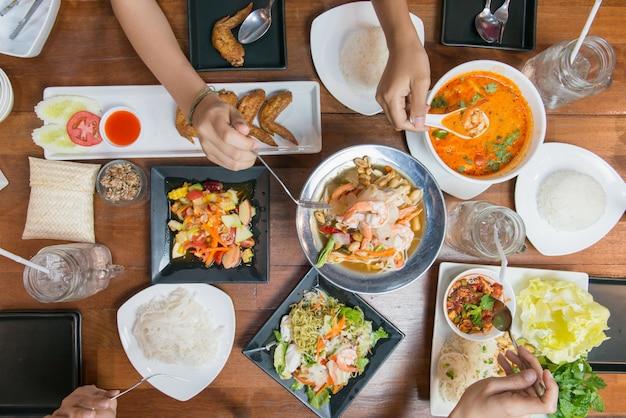 一緒にタイ料理を食べる人々のトップビュー