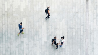 都市の歩行者通りを歩く人々のトップビュー