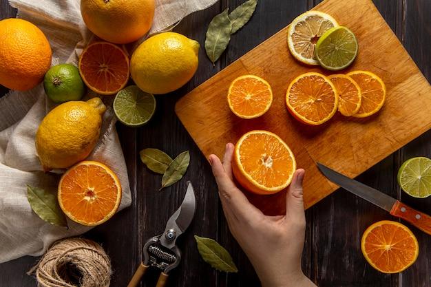 柑橘系の果物をスライスする人のトップビュー