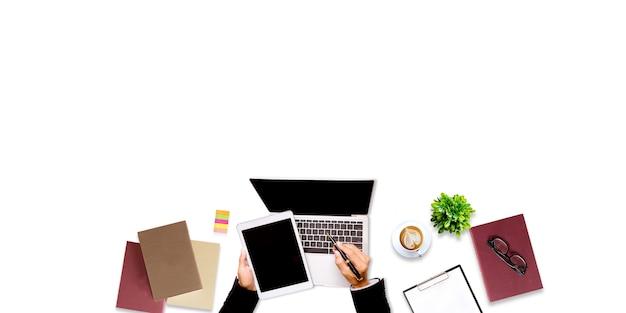 Вид сверху человека, работающего на ноутбуке