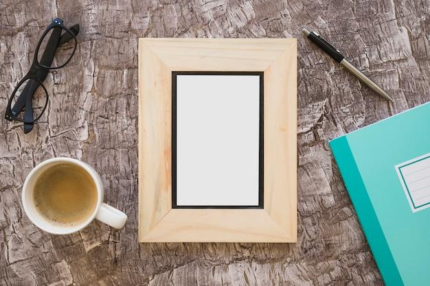 画像フレームの上面図。コーヒーカップ;眼鏡;ペンとノートブック、テクスチャ背景