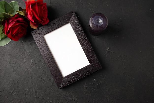 어두운 벽에 붉은 꽃 액자의 상위 뷰