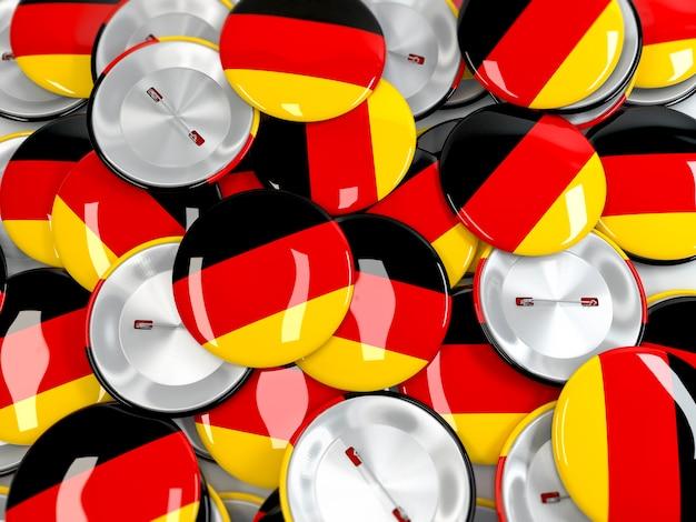 Вид сверху на кучу значков кнопки с флагом германии. реалистичная 3d визуализация