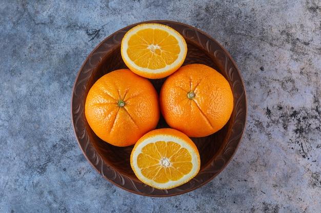プレートの新鮮なオレンジの山の上面図。