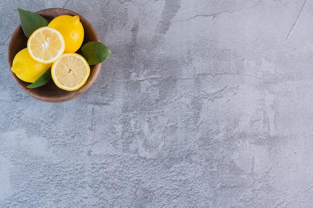 木製のボウルにレモンの山の上面図。