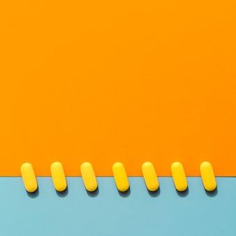 Вид сверху таблетки в ряд с копией пространства