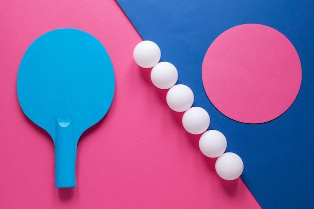 Вид сверху шариков для пинг-понга и ракетки