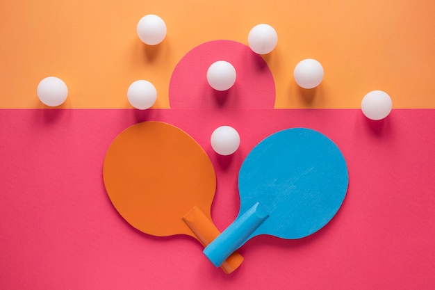 Вид сверху шариков и ракеток для пинг-понга
