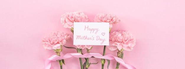 어머니의 날 꽃 분홍색 테이블 배경에 분홍색 카네이션의 상위 뷰
