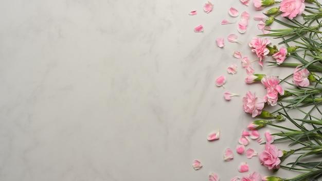 大理石の机に飾られたピンクの花の上面図
