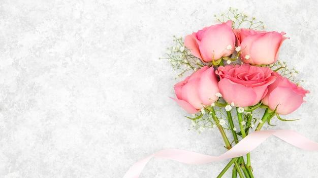 Вид сверху на букет из розовых роз