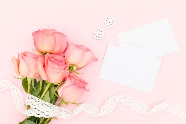 封筒とピンクのバラのトップビュー