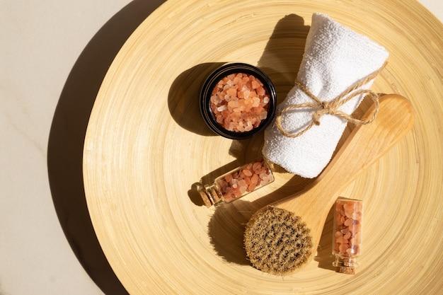 スパ手順のためのピンクの塩の上面図。自然な肌とボディケア。スパ成分、ウェルネス