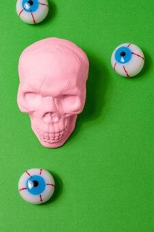 明るい背景に眼球とピンクの頭蓋骨の上面図