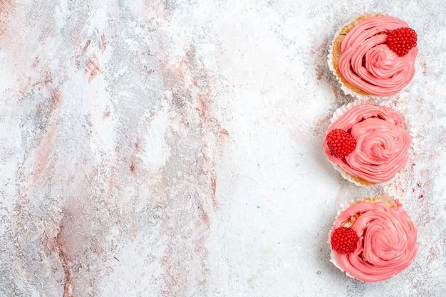 白い表面にクリームとピンクのストロベリーケーキの上面図