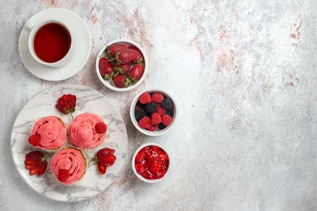 白い表面にお茶を入れたピンクのストロベリーケーキの上面図