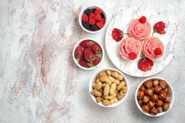 白い表面にナッツとピンクのストロベリーケーキの上面図
