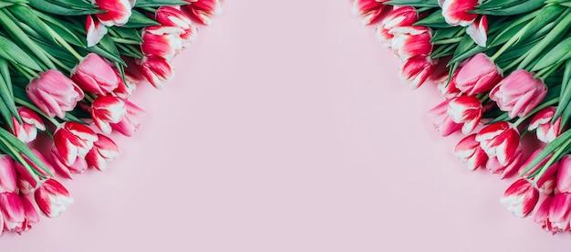 Вид сверху розовых тюльпанов на розовом фоне со свободным пространством