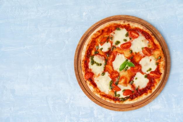 灰色の表面テーブル上のピザマルゲリータの上面図