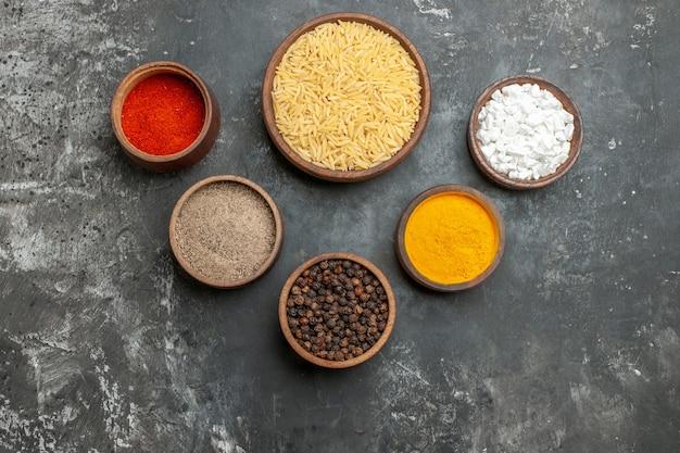 다른 향신료와 일반 삶은 쌀의 상위 뷰