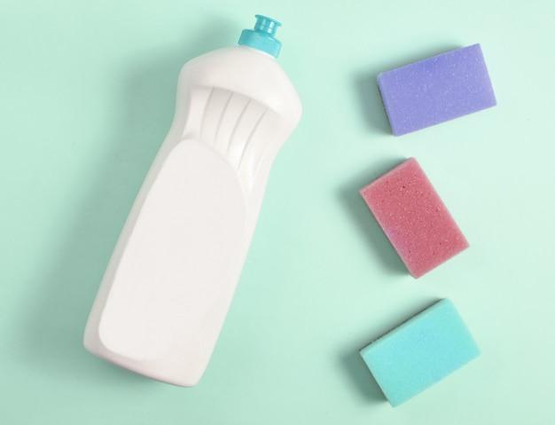 식기 세제와 스폰지의 플라스틱 병의 상위 뷰