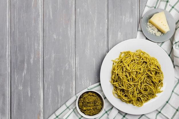 Вид сверху тарелку макарон с соусом