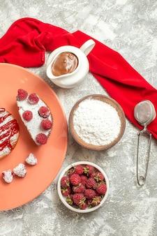 大理石の背景の側面にチョコレート茶ふるいベリーと赤いナプキンと甘いデザートのプレートの上面図