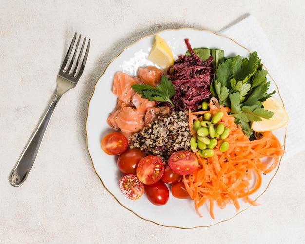 Вид сверху тарелка с ассортиментом здоровой пищи