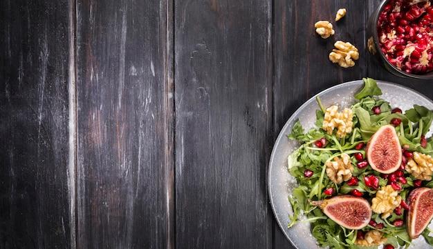 Вид сверху тарелки с осенним салатом из инжира и копией пространства
