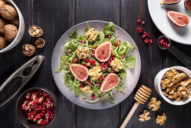 Вид сверху тарелки с осенним салатом из инжира и грецкими орехами