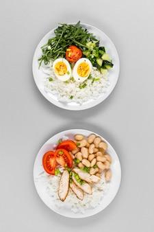 Вид сверху тарелка с яйцами и фасолью на рис