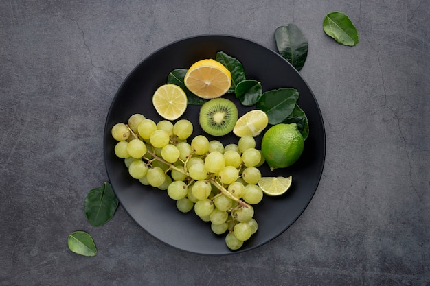 Вид сверху тарелка с виноградом и киви
