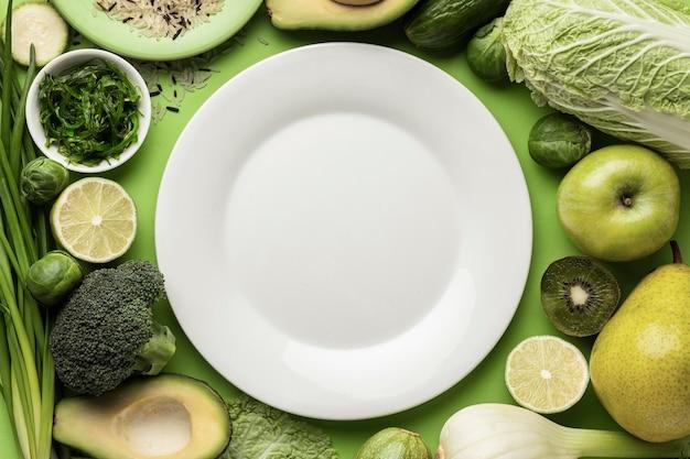 Вид сверху тарелки с зелеными овощами