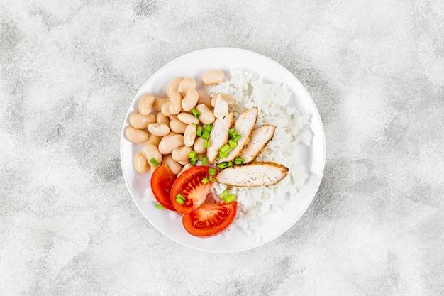 Вид сверху тарелка с рисом и фасолью
