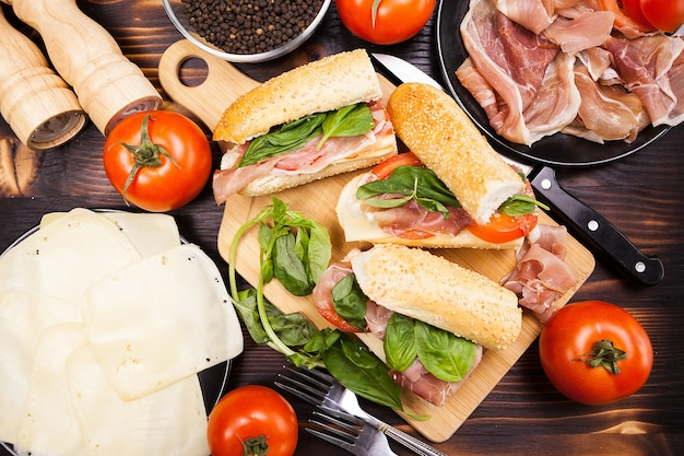 Вид сверху тарелки с бутербродами на деревянном столе