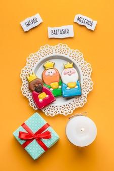 Вид сверху на тарелку с тремя королями и подарок на день крещения