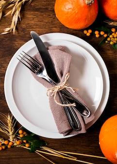 Вид сверху на тарелку для ужина благодарения со столовыми приборами и декором