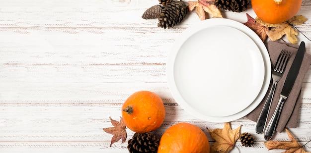 Вид сверху тарелок для ужина благодарения со столовыми приборами и копией пространства
