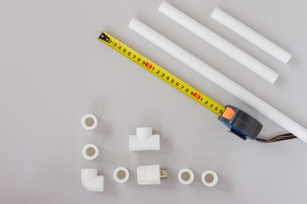 회색 배경에 배관 설비 및 배관 부품의 상위 뷰. 배관 서비스 개념입니다.