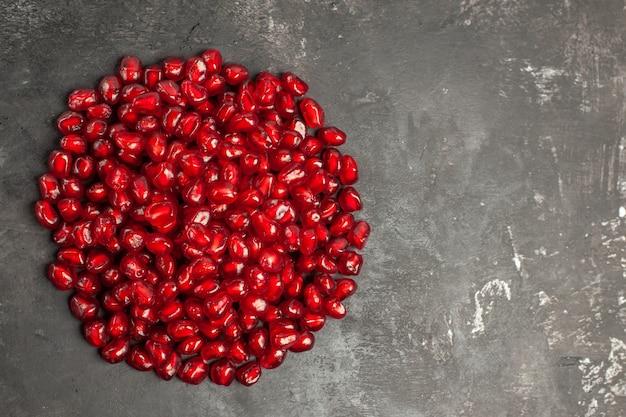 어두운 표면에 석류 씨앗의 상위 뷰