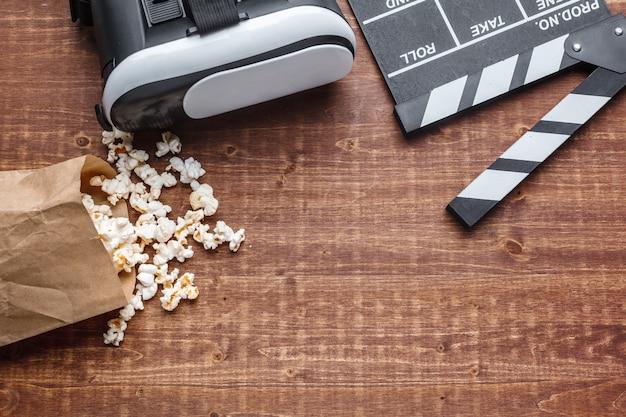 Вид сверху попкорна и очков виртуальной реальности