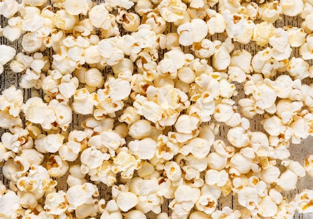 Взгляд сверху текстуры попкорна на белой деревянной горизонтальной