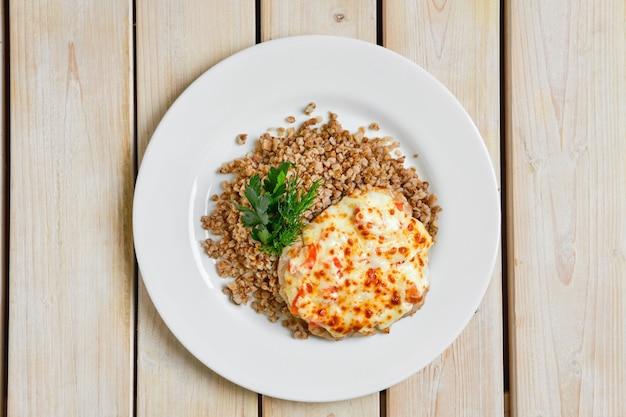 チーズとトマトで焼いた豚肉の平面図そばそば粥を添えてください。