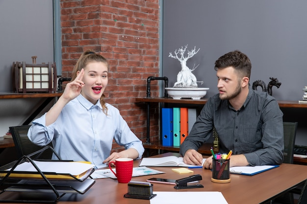 Вид сверху на позитивных и мотивированных квалифицированных сотрудников, которые проводят мозговой штурм по одной важной проблеме в офисе